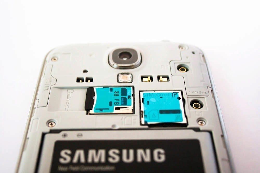 Slot na microSD kartu najdete u obou modelů