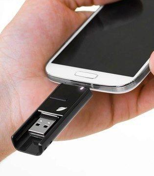 Flashdisk Leef Bridge zapojený do telefonu
