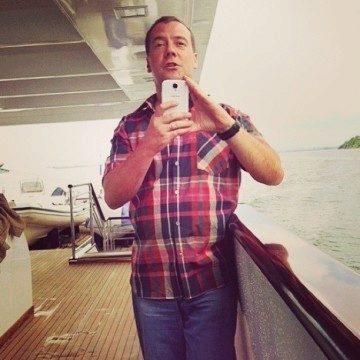 Ruský premiér se Samsungem Galaxy S4