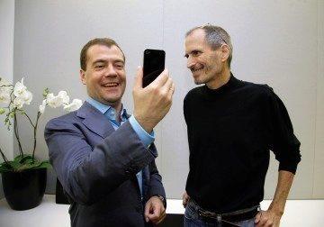 Dmitrij Medveděv dostal iPhone 4 od Steva Jobse