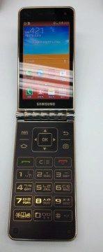Přední strana otevřeného Samsungu Galaxy Folder SHV-E400S