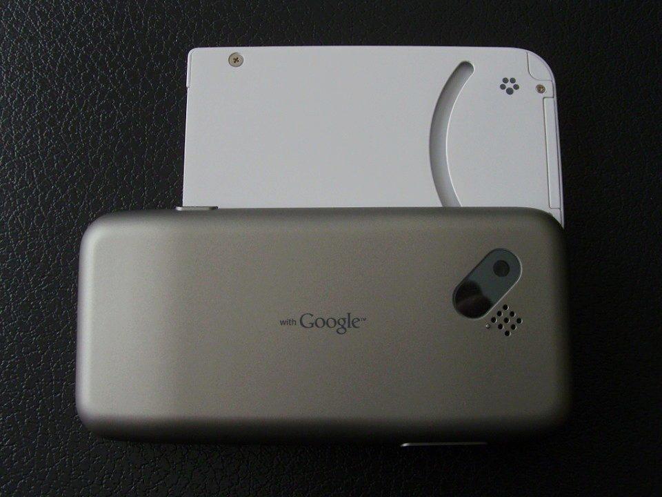 T-Mobile G1 s vysunutou klávesnicí zezadu