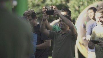 Drží tento muž v dlaních Nexus 5?
