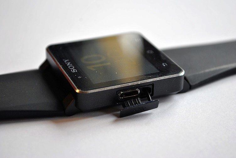 Sony obsahuje NFC anténu a dobíjecí konektor přímo v těle hodinek