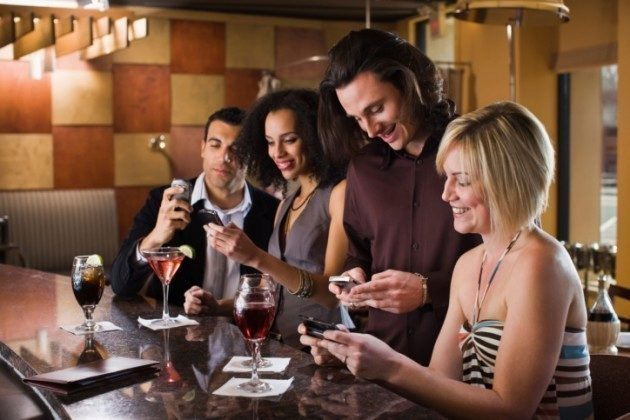 Friends-texting-in-restaurant-Credit-Thinkstock-630×420