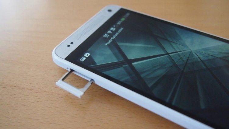 HTC One mini - přihrádka na SIM kartu