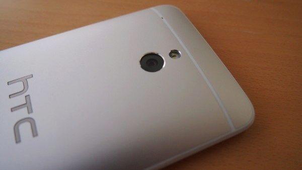 HTC One mini - záda detail