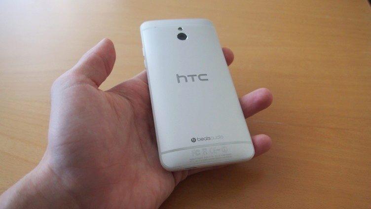 HTC One mini - zadní strana