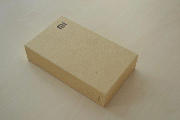Krabička je poměrně velká, ale působí úplně obyčejně