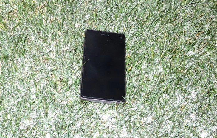 Sony Xperia Z1 Compact v trávě