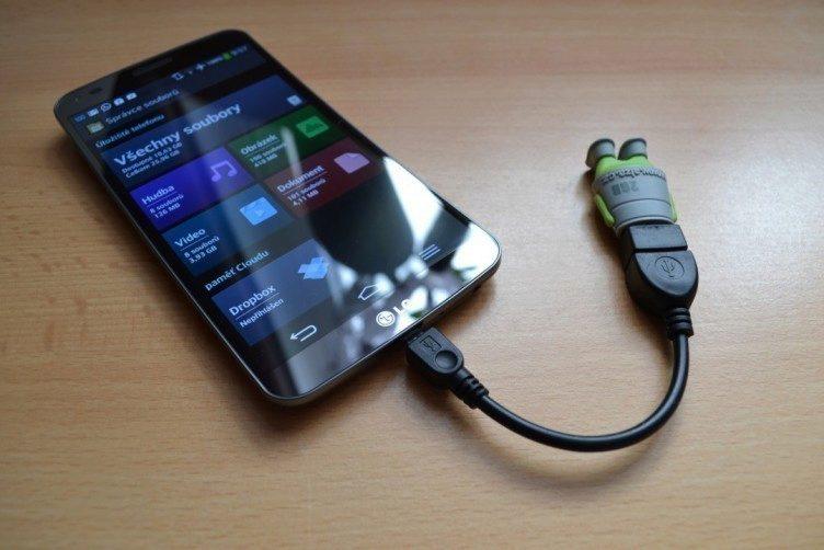 Díky šikovnému kablíku a podpoře USB OTG můžeme připojit například Flash Disk