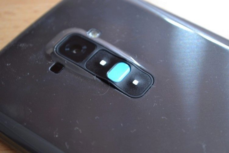 Zadní tlačítko také plní funkci notifikační diody. Svítí celé. Schválně si povšimněte velkého množství prachu, který G Flex neuvěřitelně přitahuje