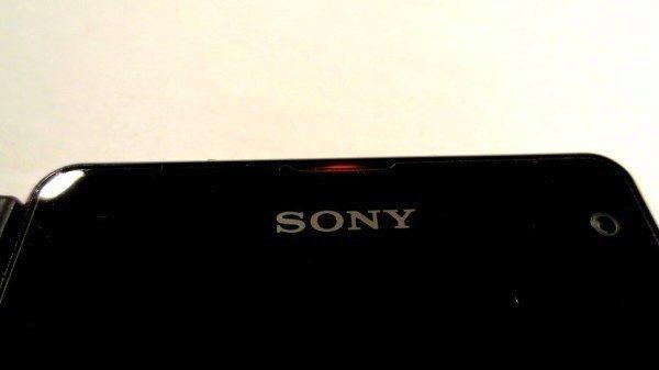Sony Xperia Z1 Compact - notifikační dioda nabíjení