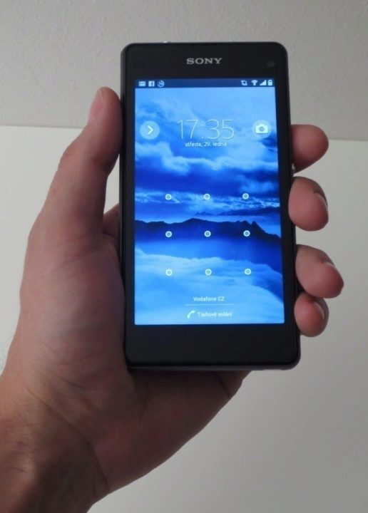 Sony Xperia Z1 Compact - padne do ruky (1)