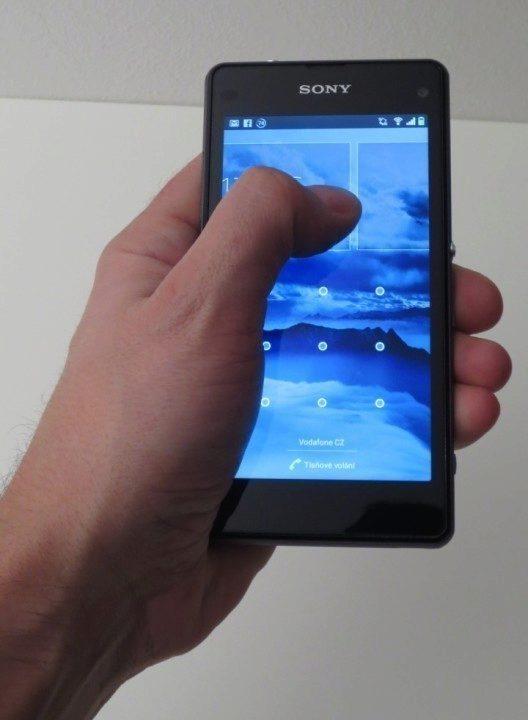 Sony Xperia Z1 Compact - padne do ruky (2)