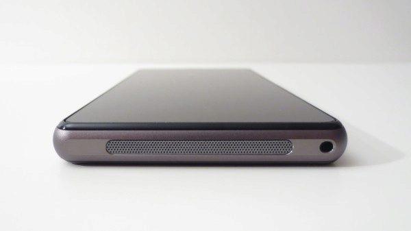 Sony Xperia Z1 Compact - spodní hrana a reproduktor