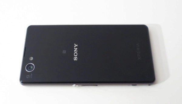 Sony Xperia Z1 Compact - zadní strana (1)