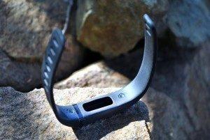 Fitbit Flex díra pro vložení monitorovací jednotky