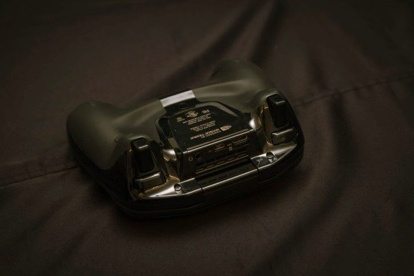 Zadní strana konzole Shield
