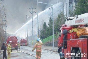 Hořící továrna - opozdí se Galaxy S5?