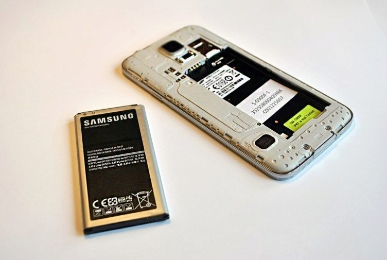Samsung Galaxy S5 baterie a vnitřek telefonu