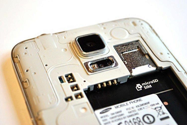 Samsung Galaxy S5 vnitřek telefonu - SIM a microSD karta