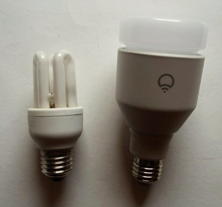 Srovnání velikosti úsporné žárovky a žárovky LIFX