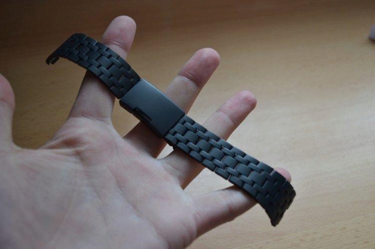 Kovový pásek v balení potěší, zvolit lze však libovolná 22mm pásek