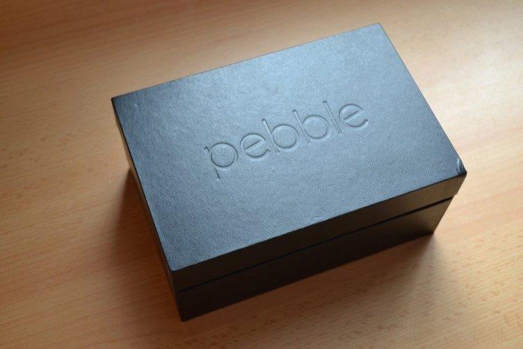 Velikost krabičky nás překvapila. Nalezneme zde hodinky, další pásek, USB kablík a papírové materiály