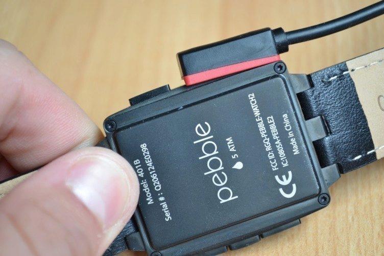 Nabíjení hodinek probíhá skrze speciální kablík s magnetem