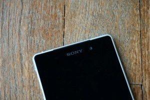 Sony Xperia Z2: mezera mezi předním panelem a hliníkovým rámem