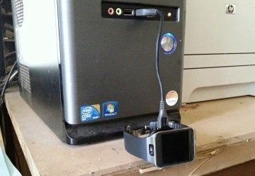 Pro připojení k PC budete muset použít vlastní kabel