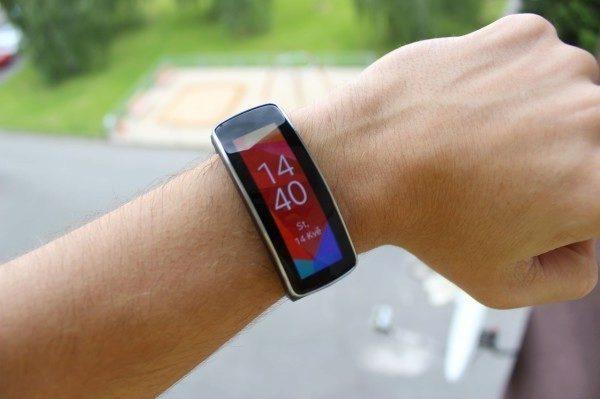 Samsung Gear Fit recenze - displej hodiny