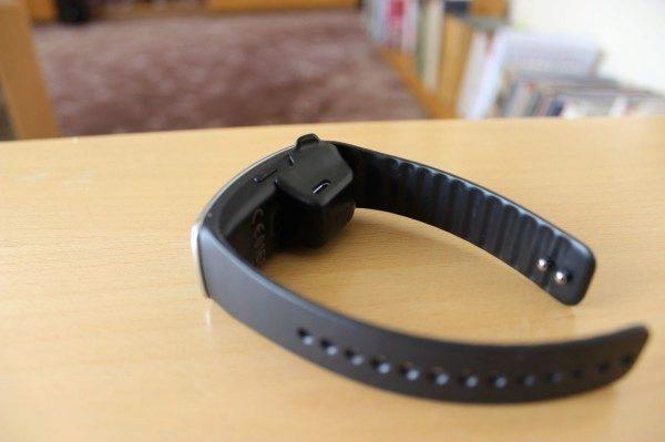 Samsung Gear Fit recenze - nabíjecí kolíbka