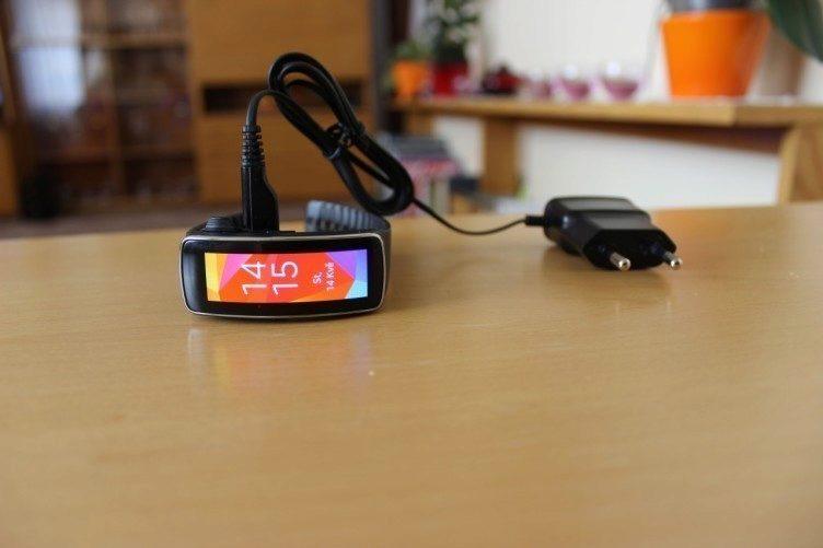 Samsung Gear Fit recenze - nabíjení