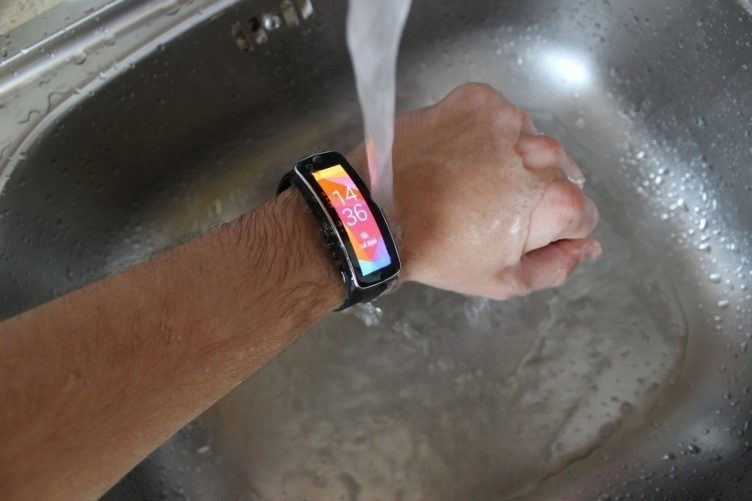 Samsung Gear Fit recenze - pod proudem