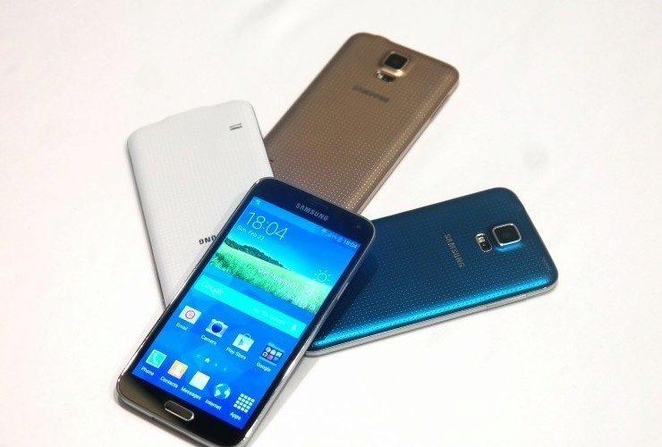 První aktualizace pro Samsung Galaxy S5 vylepšuje fotoaparát a snímač otisků prstů
