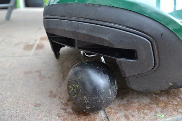 Sekačka-Robomow-rc306-přední-kolečko