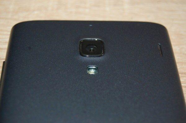 Horní část zadní strany - hlavní fotoaparát, přisvětlovací dioda a kompenzační mikrofon