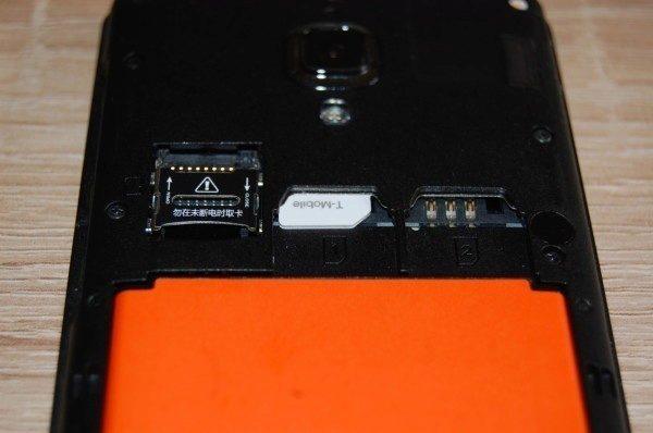 microSIM karta se ve slotu pro miniSIM téměř ztratí, ovšem funguje jak má