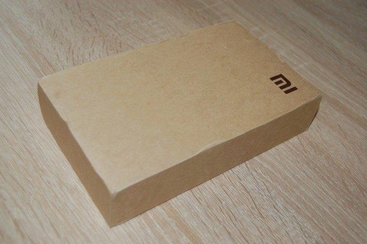 """Papírová krabice není nijak extra, dominantou je logo """"mi"""""""