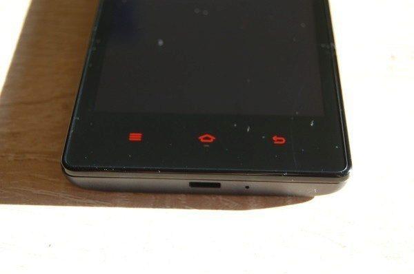 Červená systémová tlačítka - na přímém světle dostatečně viditelná