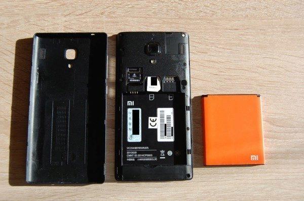 Xiaomi odhaleno zezadu s vyjmutou barevně nepřehlédnutelnou baterií