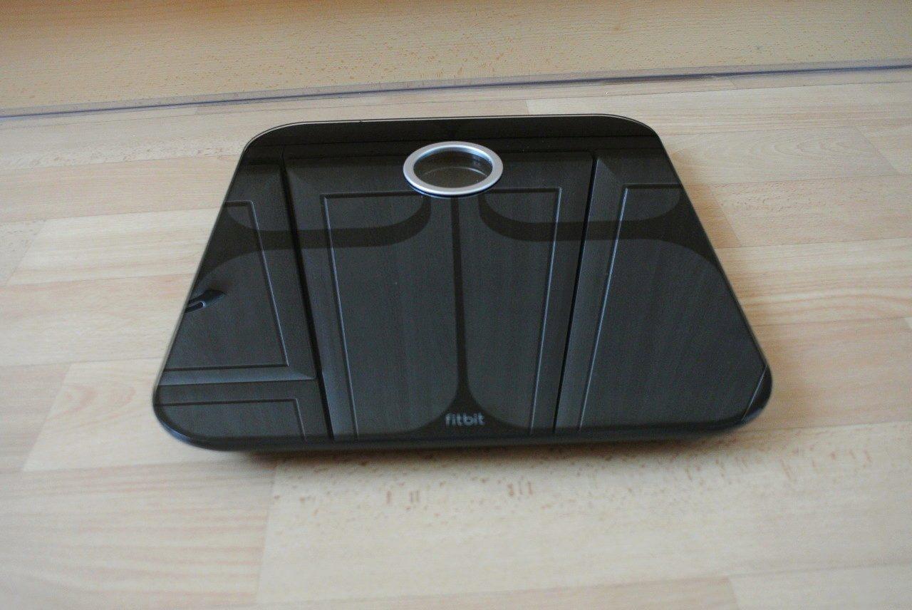 """8d3a0e9c2 Stříbrným písmem je na přední straně též vyražen název výrobce, tedy Fitbit.  Záda přístroje vzdáleně připomínají """"pekáč buchet"""" po hodinách strávených v  ..."""