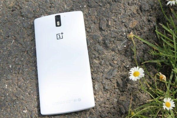 OnePlus One bílý na chodníku