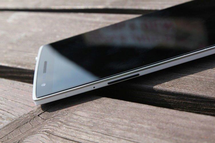 OnePlus One na stole bílý