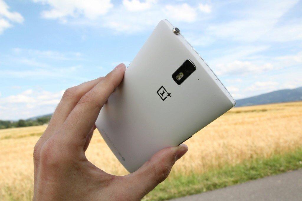 """OnePlus One je ideálním kandidátem mezi """"velkými"""" telefony - Vánoční rádce"""