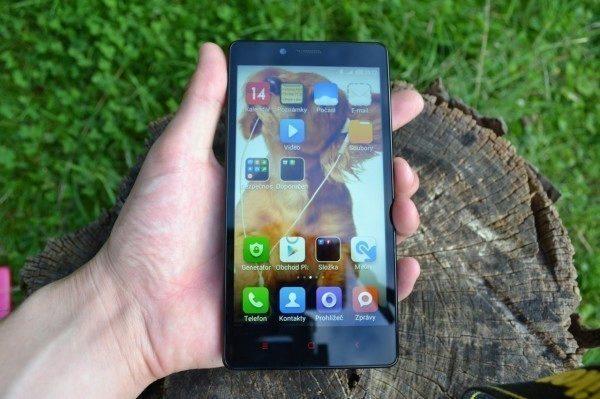 Telefon je velmi podobný modelu Xiaomi Redmi 1S, jen je větší