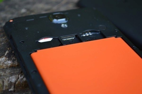 Pod krytem se skrývá baterie a sloty pro SIM a Micro SD