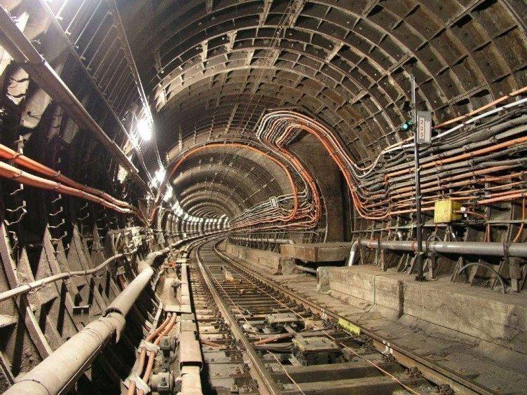 Proč v tunelech pražského metra není signál mobilní sítě? (Foto: Michal Kuty)